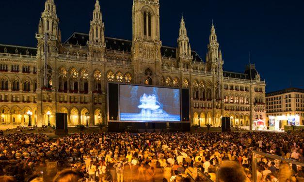 Der Aufbau des Filmfestivals am Wiener Rathaus 2017